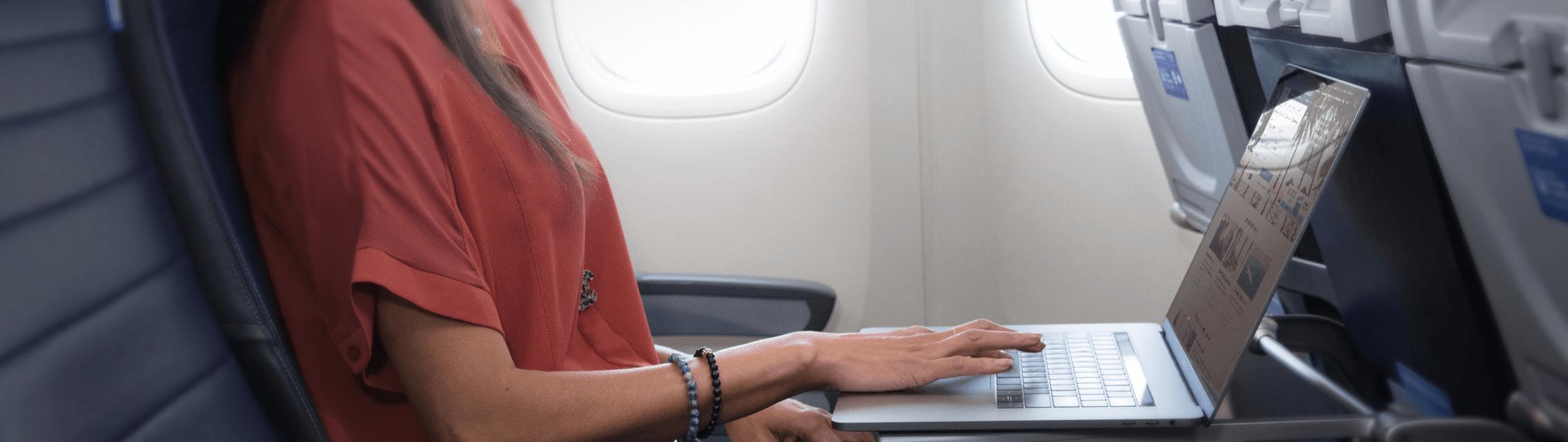 Mujer utilizando su computadora portátil